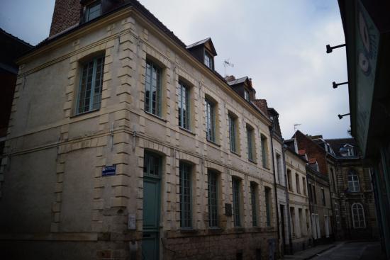 La maison est aujourd\u0027hui un musée retraçant pour partie la vie de  Robespierre et pour l\u0027autre partie l\u0027histoire du compagnonnage .
