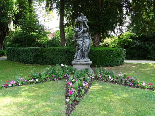 Les sculptures en fonte du jardin de la mairie pernay for Jardin 2000 epernay